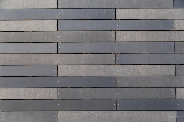 Edifício contemporâneo com fachada de azulejos longos