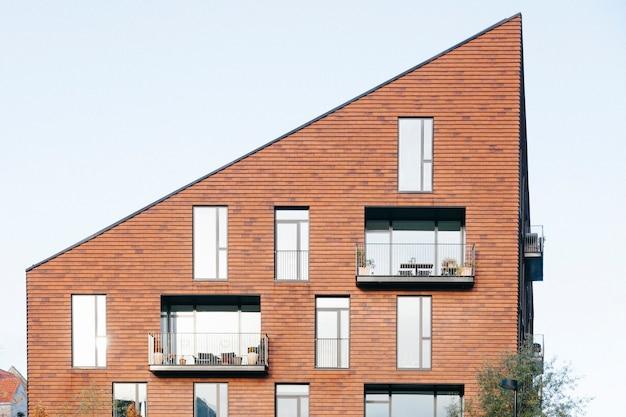 Edifício contemporâneo com telhado angular