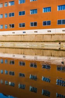 Edifício da cidade com reflexão
