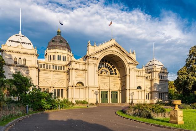 Edifício da exposição real à tarde