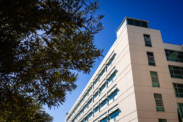 Edifício de apartamento moderno, rebocado com cimento fino ao sol.