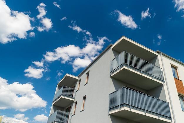 Edifício de apartamentos moderno com fundo de céu azul