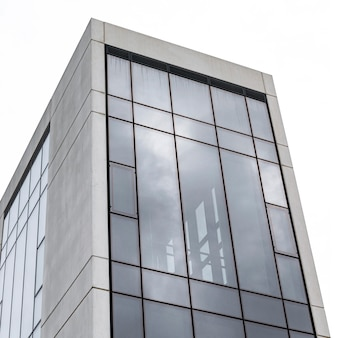Edifício de apartamentos simplista na cidade