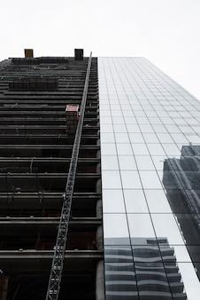 Edifício de baixo ângulo em construção