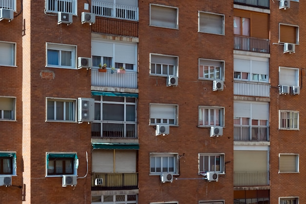 Edifício de bloco de apartamentos com ventilação de ar em madrid, espanha.