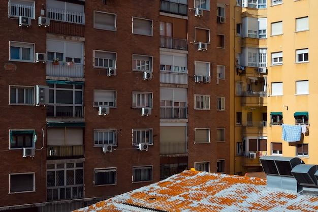 Edifício de bloco de apartamentos comum com ventilação de ar em madrid, espanha. estrutura arquitetônica com resfriadores de ar, janelas e sacadas na capital.