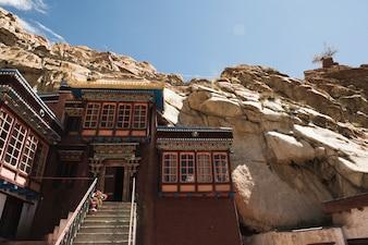 Edifício de colina de terreno rochoso da Índia
