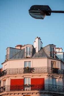 Edifício de concreto branco e marrom sob o céu azul