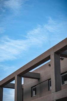 Edifício de concreto cinza com pilares