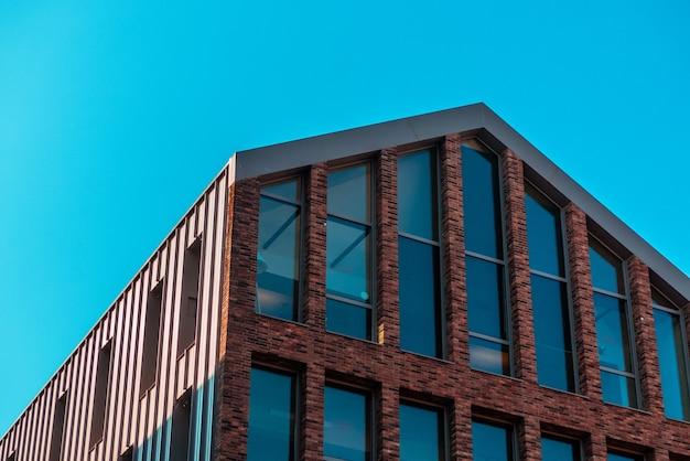 Edifício de concreto marrom com grandes janelas