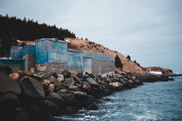 Edifício de concreto marrom perto do corpo de água durante o dia