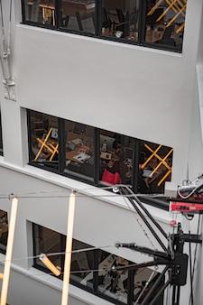 Edifício de escritórios com grandes janelas