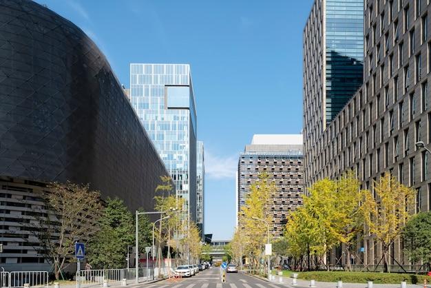 Edifício de escritórios de edifício moderno e rua da cidade na área de negócios de ningbo