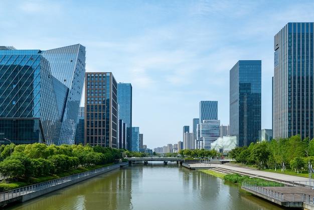 Edifício de escritórios de ponte e centro financeiro em ningbo east new town, china
