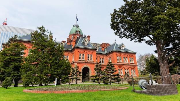 Edifício de escritórios do governo de hokkaido antigo com jardim primavera