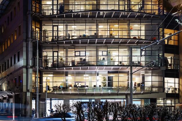 Edifício de escritórios moderno à noite em moscou, rússia