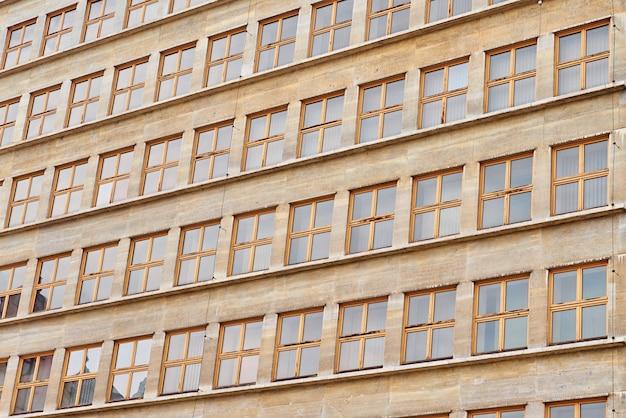 Edifício de escritórios moderno com janelas