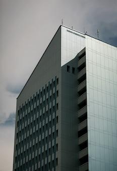 Edifício de escritórios moderno contra o fundo do céu