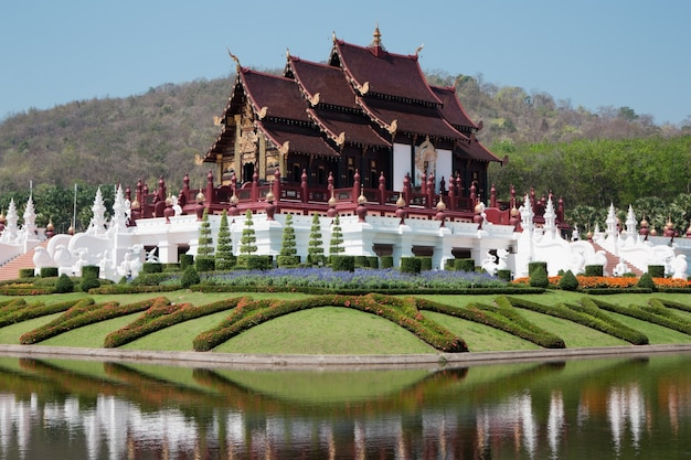 Edifício de estilo tailandês na flora real ratchaphruek, chiang mai, tailândia