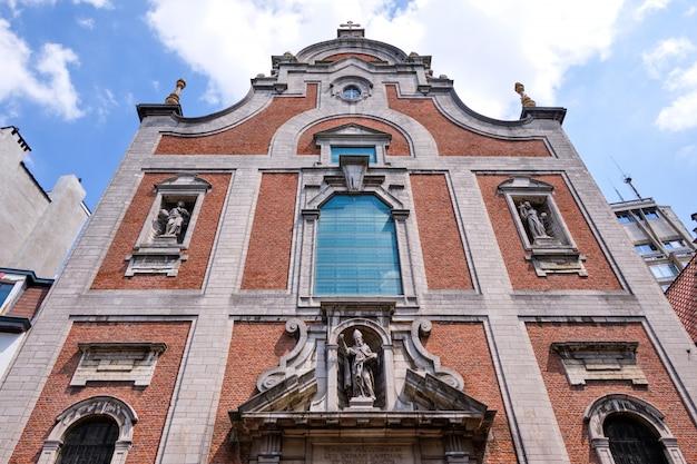 Edifício de tijolo clássico marco em bruxelas
