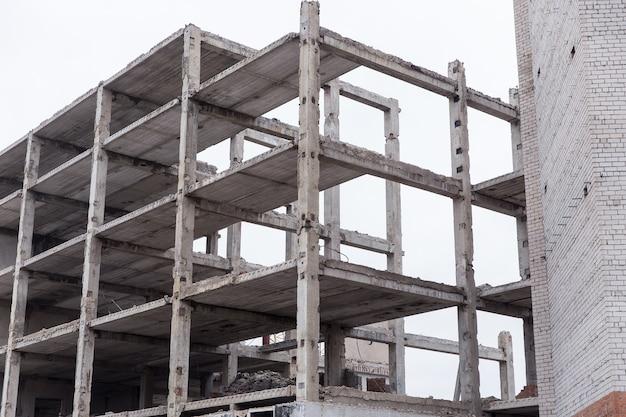 Edifício de tijolos desmontado na cidade contra o céu azul.