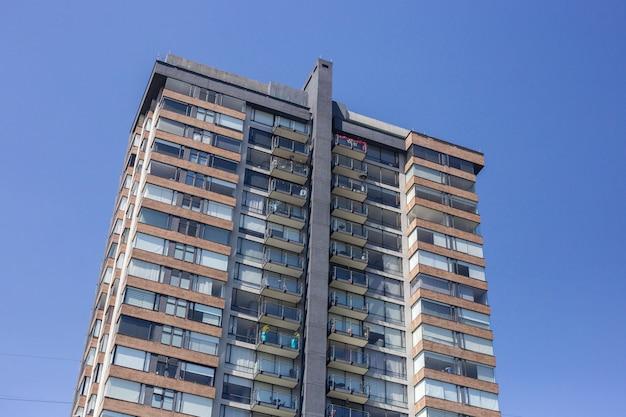Edifício de várias habitações sobre o céu