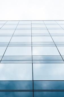Edifício de vidro baixo declive alto