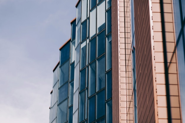 Edifício de vidro, escritório ou banco com fachada de vidro
