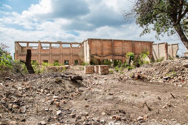 Edifício destruído da antiga fábrica