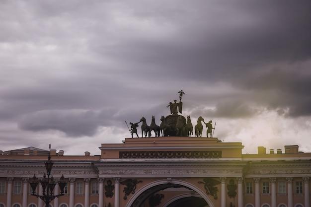 Edifício do arco do triunfo da sede geral na praça do palácio. centro de paisagem urbana única são petersburgo. cidade de pontos históricos centrais. principais locais turísticos na rússia. império russo da capital