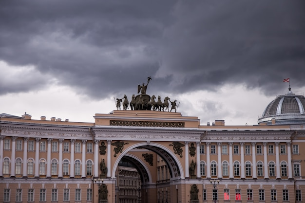Edifício do arco do triunfo da sede geral na praça do palácio
