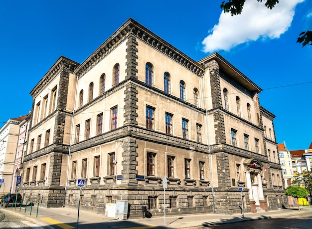 Edifício do arquivo do estado no centro da cidade de poznan - província de wielkopolska da polônia