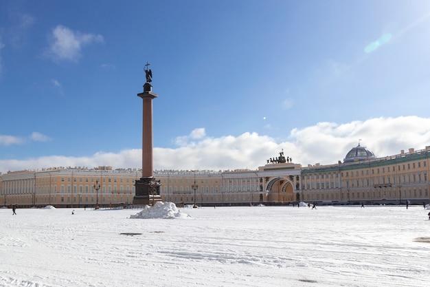 Edifício do estado maior e coluna alexandrina com um anjo na praça do palácio, no dia de inverno com neve gelada em são petersburgo, rússia
