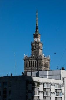 Edifício do palácio da cultura com arquitetura moderna em varsóvia, polônia