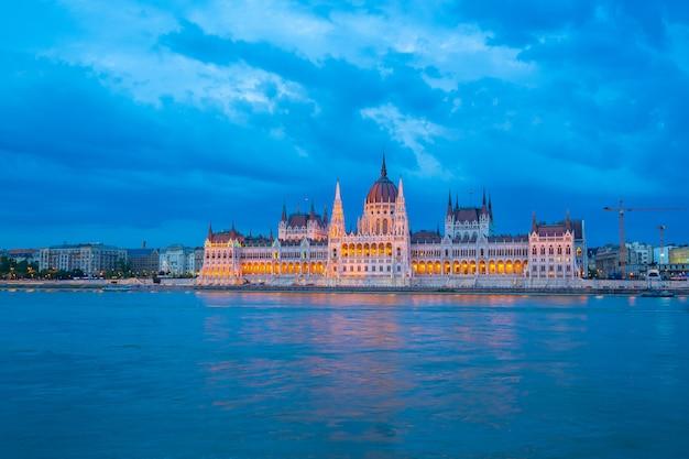 Edifício do parlamento de budapeste com vista do rio danúbio na hungria