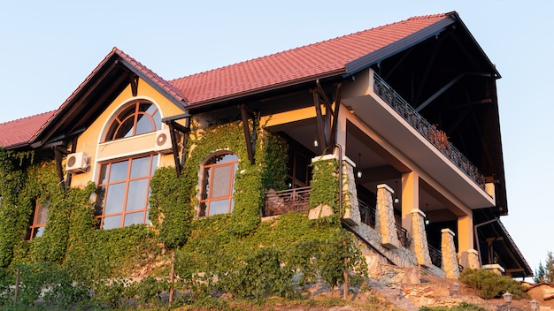 Edifício do restaurante da vinícola chateau vartely ao pôr do sol
