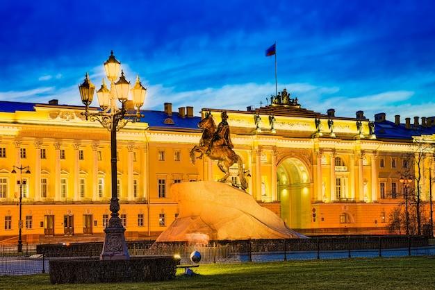 Edifício do senado e um monumento a pedro i (o grande). são petersburgo. rússia.