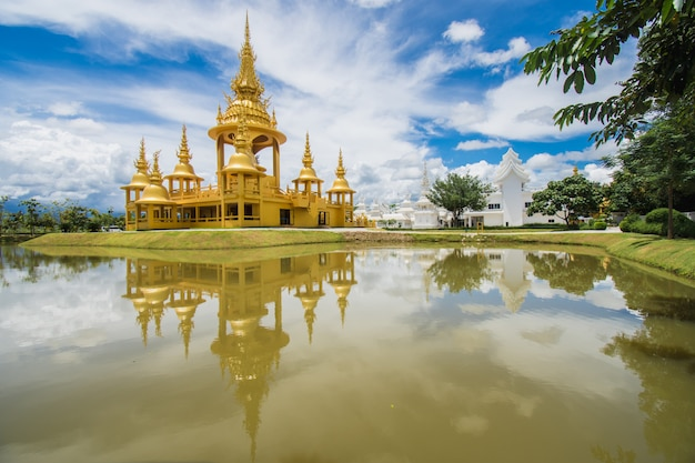 Edifício dourado em wat rong khun (templo branco), chiang rai, tailândia