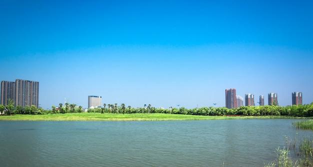 Edifício e lago
