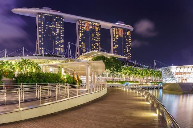 Edifício em cingapura na visão noturna de marina bay
