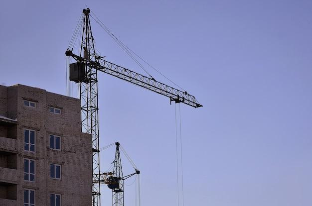 Edifício em construção com guindaste