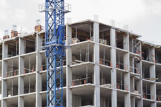 Edifício em construção e guindaste de torre