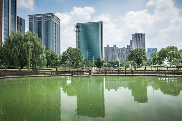 Edifício empresarial moderno à beira do pequeno lago