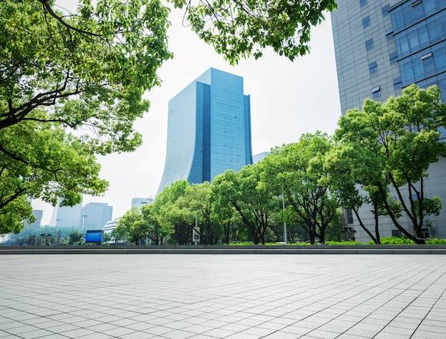 Edifício empresarial moderno com parede de vidro do chão vazio