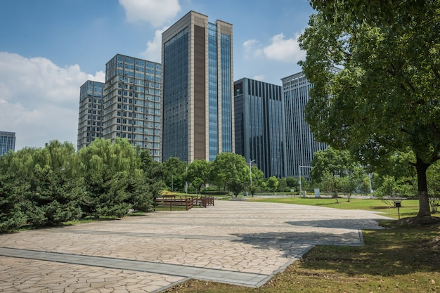 Edifício empresarial moderno durante o dia