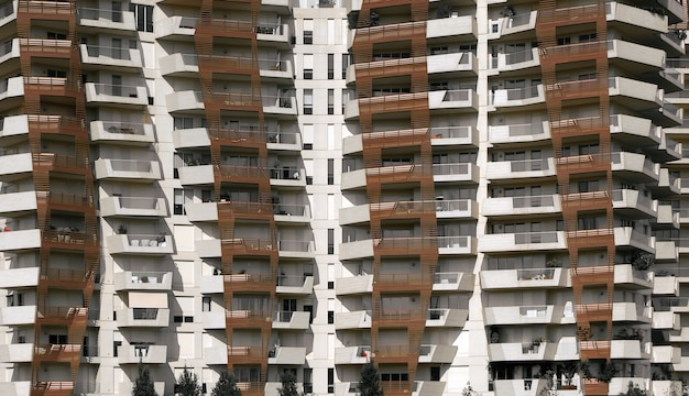 Edifício espiral marrom e branco