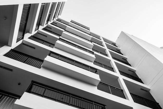 Edifício exterior preto e branco