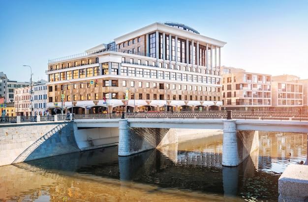 Edifício gazprombank na rua balchug em moscou. vista do dique kadashevskaya do canal obvodny e da ponte chugunny.