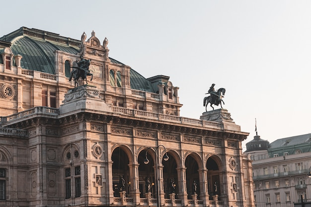 Edifício histórico da fachada da ópera de viena