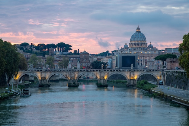 Edifício histórico de arquitetura da igreja de são pedro em roma, itália